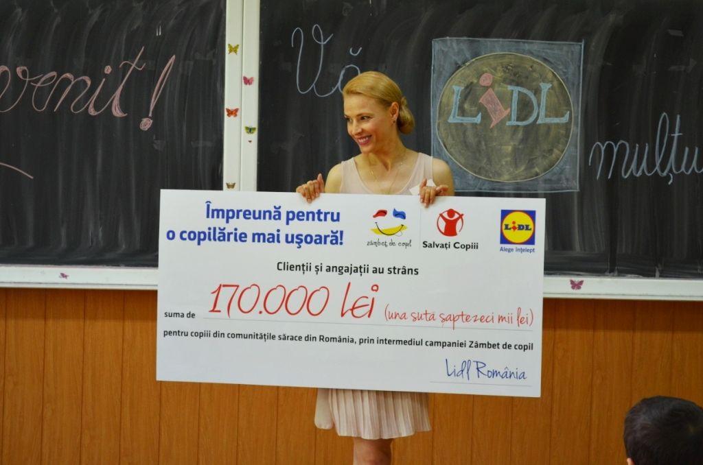 """Clienţii Lidl împreună cu angajaţii au strâns 170.000 de lei pentru copiii din comunităţile sărace din România, prin intermediul programului """"Zâmbet de copil"""""""
