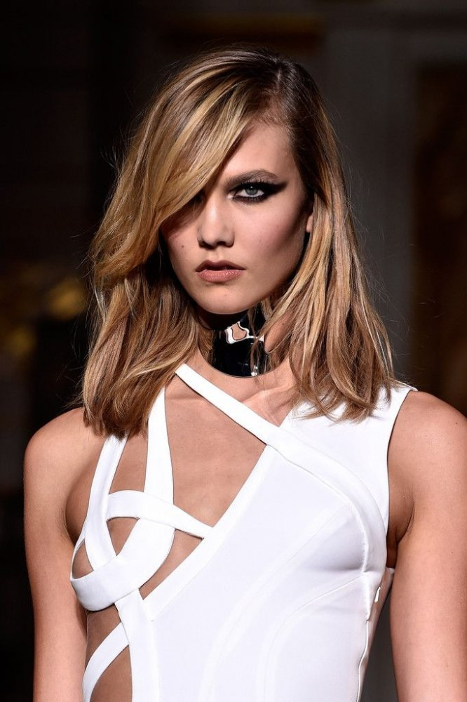 Karlie Kloss lasa sa se vada putin mai mult la Paris Fashion Week