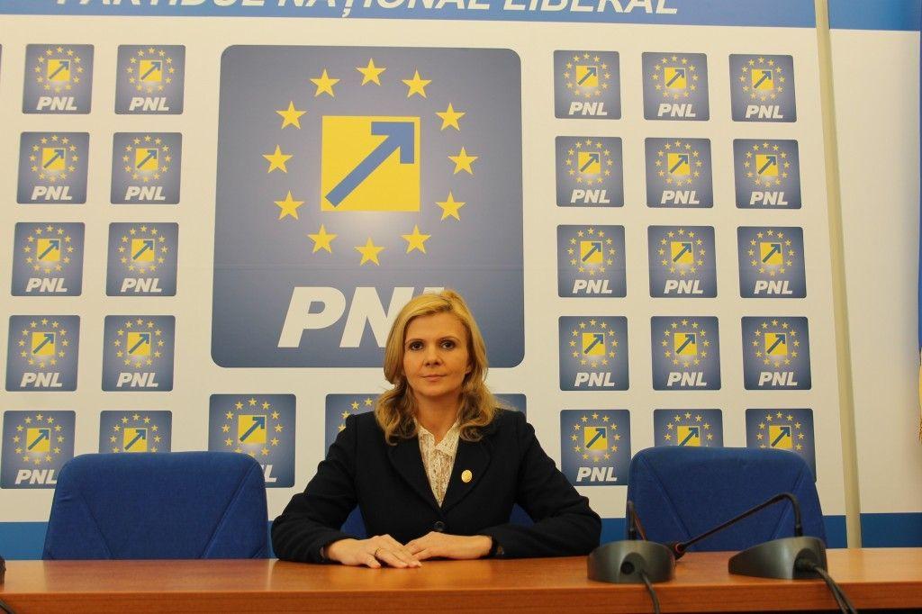 """Claudia Boghicevici: """"Guvernul Ponta nu este capabil sa gestioneze fondurile europene destinate tinerilor"""""""