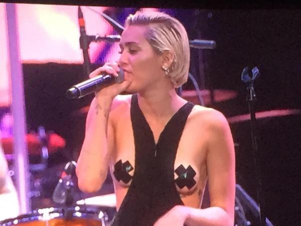Miley Cyrus este obişnuită să-şi arate sânii!