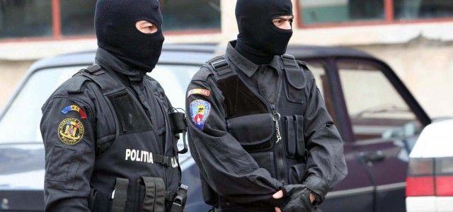 Percheziții în Ineu! Polițiștii au găsit o armă și mai multe cartușe deținute ilegal