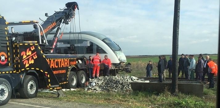 Accident in Arad. Un tren de persoane a lovit un tir