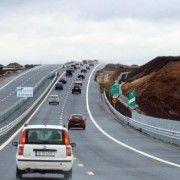 A început astuparea gropilor pe autostrada Arad-Nădlac