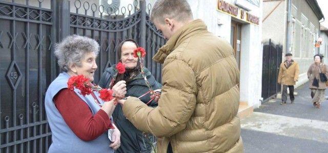 CANDIDATUL PENTRU PRIMARIA CURTICI, DIN PARTEA ALDE,  A IMPARTIT FLORI DE ZIUA FEMEII