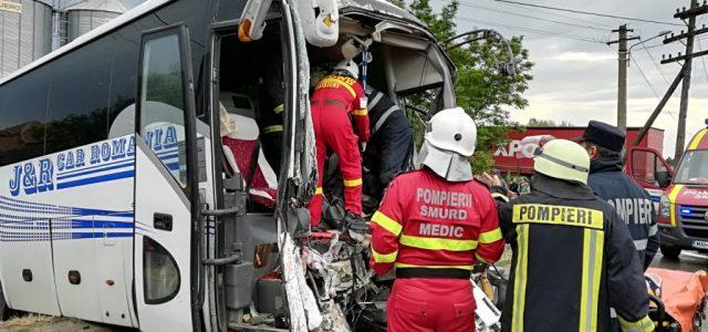 Accident grav în comuna Secusigiu, un autocar a fost lovit frontal de o autoutilitară
