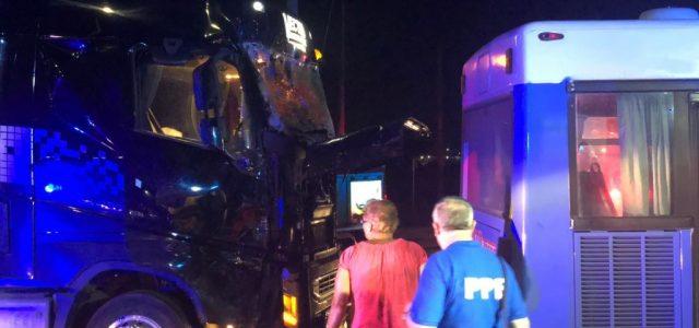 Zece persoane rănite, în urma coliziunii dintre un autobuz şi un TIR