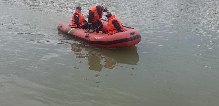 Pompierii arădeni au salvat un bărbat care a rămas blocat în nămol, în râul Mureș