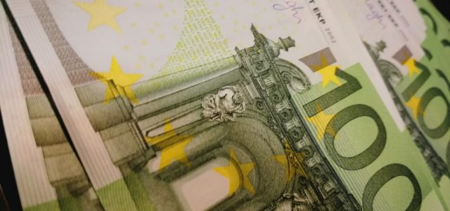 Leul s-a depreciat în raport cu euro şi a câştigat teren în faţa dolarului