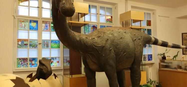Dinozauri în mărime naturală, expuși la Complexul Muzeal Arad
