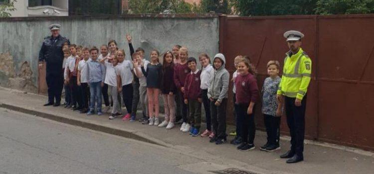 """Polițiștii rutieri, în vizită la copiii Colegiului Național """"Elena Ghiba Birta"""""""