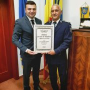 "Poliţistul salvator Radu Vasiescu a primit diploma ""Arădeni cu care ne mândrim"""