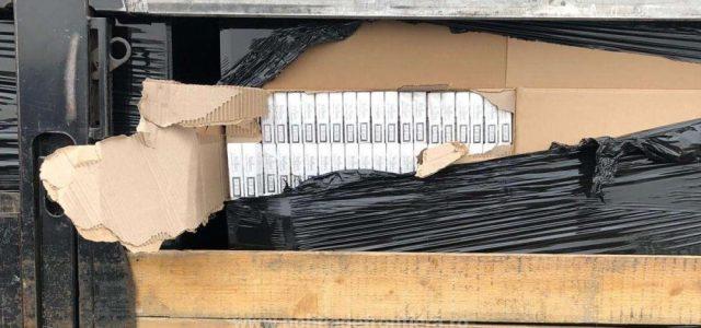 Peste 400.000 de pachete cu ţigări de contrabandă, depistate într-un automarfar la P.T.F. Nădlac II