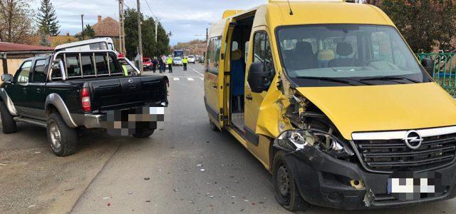 Şapte copii au ajuns la spital, după ce un autoturism a intrat într-un microbuz şcolar în Ghioroc