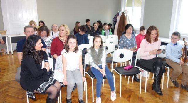 """Copiii de gimnaziu din județul Arad încep cursurile gratuite de programare, în cadrul proiectului """"CODE Kids – Programează viitorul comunității tale"""""""