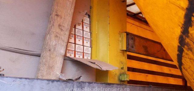 Peste 43.000 de pachete cu ţigări de contrabandă, descoperite într-un autocamion la P.T.F. Nădlac II