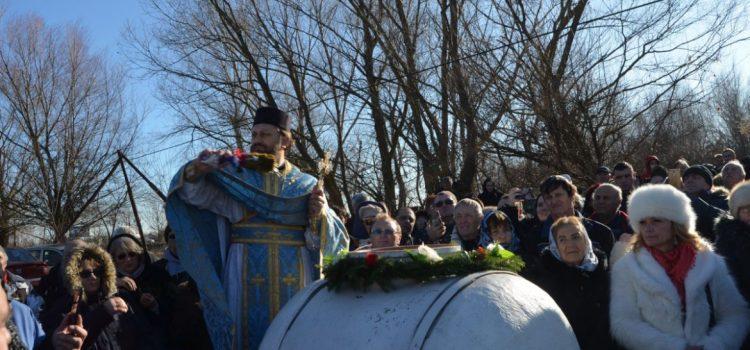Sute de credincioși au participat la sfințirea apei, în ziua de Bobotează, la Mănăstirea Hodoș-Bodrog