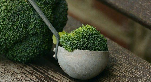 Vin rosu, ceai, brocoli, alimente care ne protejeaza de Alzheimer