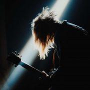 Ești fan al muzicii rock? Iată 3 chitariști celebri pe care trebuie să-i asculți neapărat dacă nu ai făcut-o până acum