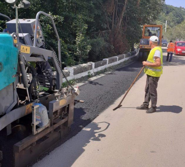Primul strat de asfalt, aproape finalizat, pe Bârsa-Moneasa