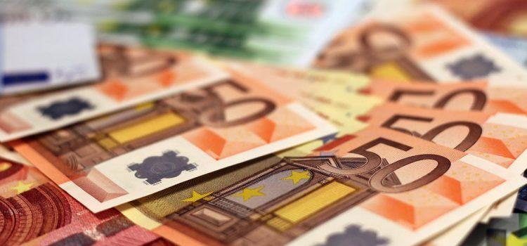 Euro crește față de dolar în cursul oficial