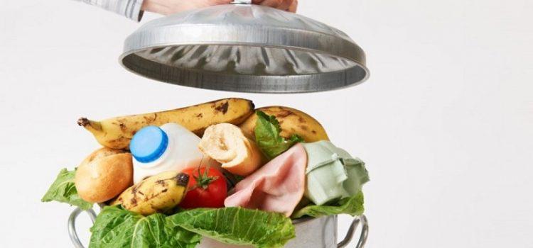 Fiecare român aruncă 129 de kilograme de mâncare pe an