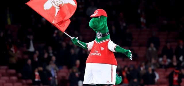 Gunnersaurus: Mesut Ozil se oferă să plătească salariul mascotei lui Arsenal