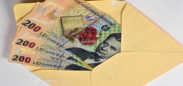 O treime dintre români ar păstra economiile într-un plic în şifonier (sondaj)