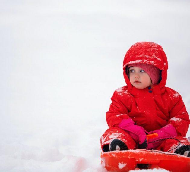 Nu știi cum să îți îmbraci copilul pe timp de iarnă. Află de ce trebuie să ții cont când îi alegi hainele!