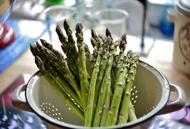 Sfaturile bucătarului pentru a pregăti și găti sparanghelul la perfecțiune