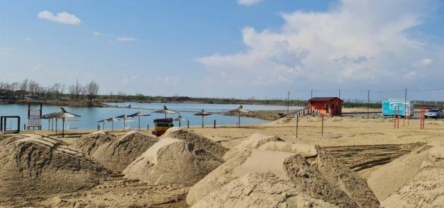 Stațiunea Ghioroc se deschide anul acesta cu nisip nou, leandri și un parc de distracții pentru copii