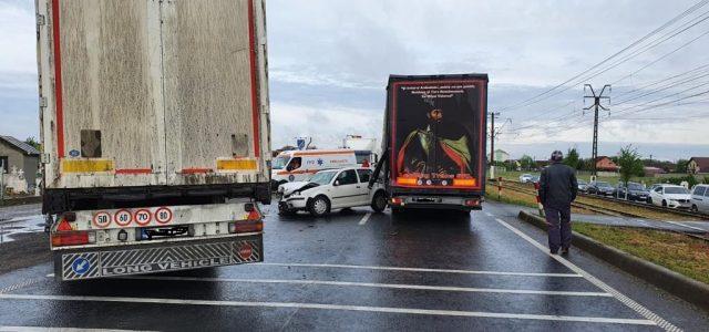Accident la ieșirea din Vladimirescu, două tiruri implicate