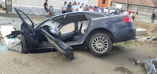 Accident la Șiria cu două persoane încarcerate