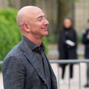 Jeff Bezos decolează spre spaţiu, cu cel mai vârstnic, dar şi cu cel mai tânăr astronaut