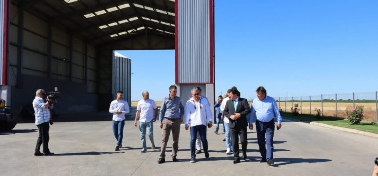 Ministrul agriculturii, Adrian Oros, a vizitat comuna Vinga. Iustin Cionca vrea atribuții de agricultor