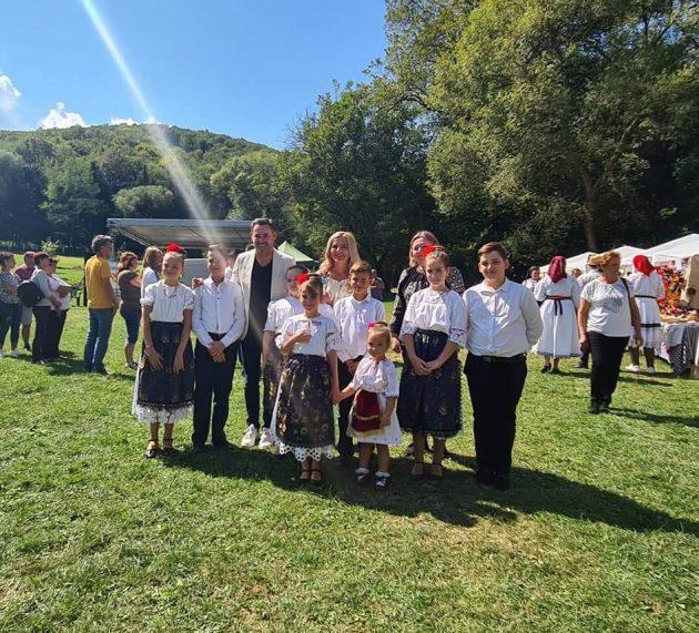 """Simona Stan: """"Sărbătoarea Plăcintelor păstrează gustul și tradițiile satului arădean"""""""
